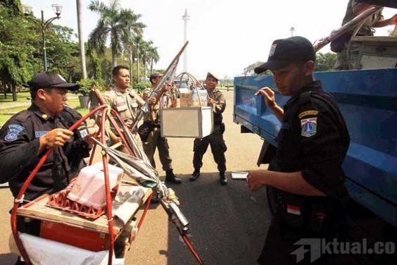 Jakarta, Aktual.com – Arogansi anggota Satpol PP yang menggaruk para pedagang kaki lima (PKL) di kawasan Monas, hari Rabu (17/6) kemarin kena batunya.