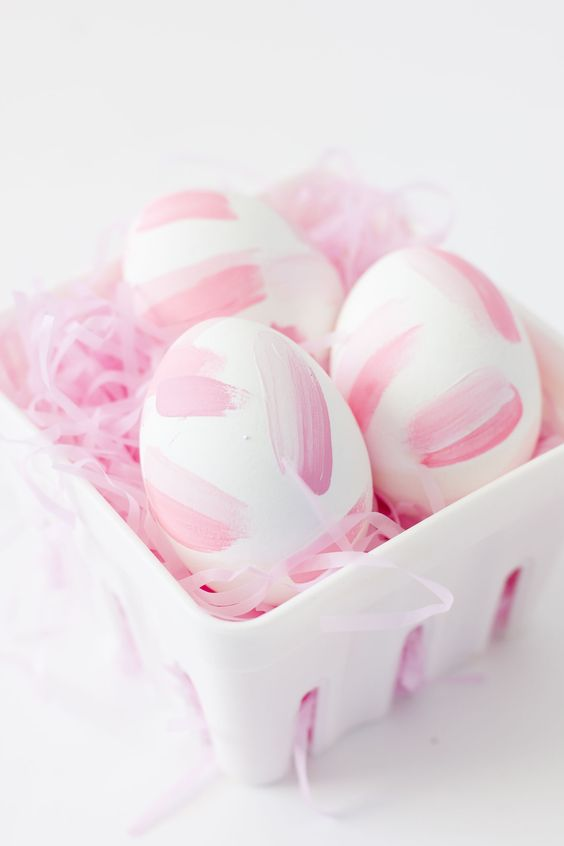 Brush strokes eggs for a cute easter decoration #egg #easter #easydiy #diy #diyhomedecor