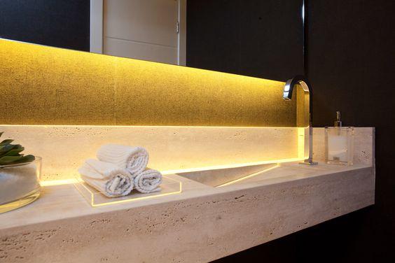 Lavabo rico em detalhes decoração. Tampo em mármore travertino e papel de parede na cor berinjela inspiram o decor. Projeto de reforma e design de interiores em apartamento de 250 m2, São Paulo.