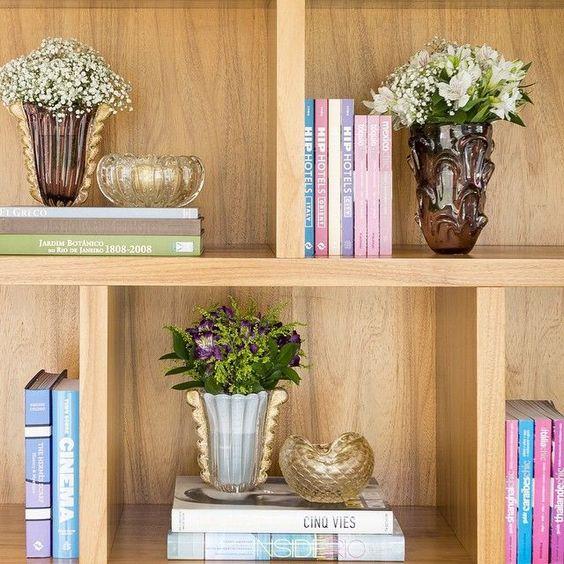 Decoração com vasos na estante