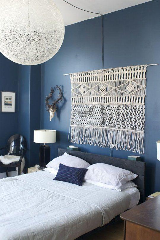 azul marinho, cabeceira enfeitada com bordado: