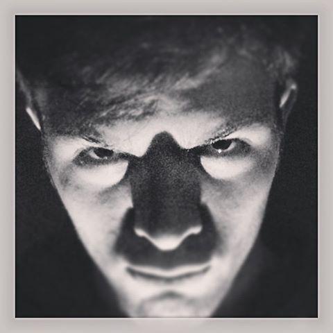 MICK LO SQUARTATORE  Neofita della famiglia degli #archimostri, fa a pezzi le sue vittime con un tagliente #graphic #design... dopo averle ipnotizzate con il suo sguardo che non lascia scampo.