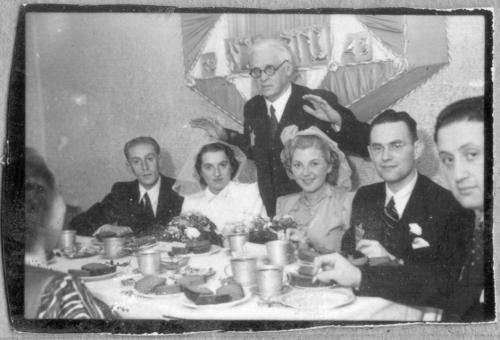 Hochzeit im Getto: Nach der Deportation der Rabbiner segnete Rumkowski die Hochzeitspaare - eine ungewöhnliche Zeremonie. Aufnahme um 1943.
