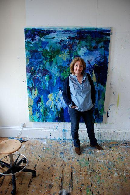 Caroline Havers em seu studio em Londres. Olhem pra este chão!!! E que tela abstrata maravilhosa!
