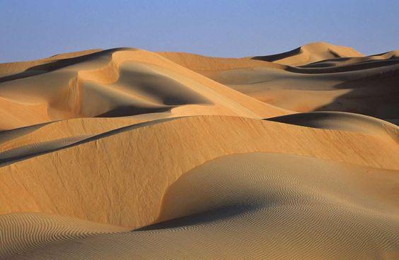 """Hätten Sie's gewusst? Die größte Sandwüste der Welt ist nicht die Sahara, sondern mit einer Fläche von 780.000 Quadratkilometern die Wüste Rub al-Khali (dt. """"leeres Viertel"""") auf der arabischen Halbinsel. Hier türmt der Wind bis zu 300 m hohe Dünen auf."""
