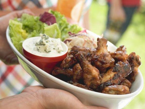 Gegrillte Chicken Wings mit grünem Salat ist ein Rezept mit frischen Zutaten aus der Kategorie Hähnchen. Probieren Sie dieses und weitere Rezepte von EAT SMARTER!