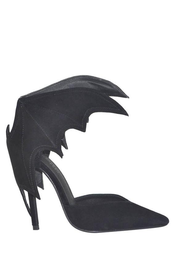 Βγάλε τον σούπερ ήρωα που κρύβεις μέσα σου με τα Bat Back Heels από τον Jeffrey Campbell. Σε μαύρο χρώμα, κατασκευασμένο από nubuck και επενδεδυμένo με δέρμα, αυτό το ζευγάρι εντυπωσιακά ψηλοτάκουνα παπούτσια διαθέτουν χειροποίητη σόλα. Κάνε δικό σου το πιο ετυπωσιακό ζευγάρι γόβες τώρα!Ύψος τακουνιού: 10cm. Σας συστείνουμε να παραγγείλετε ένα νούμερο μικρότερο από το συνηθισμένο.