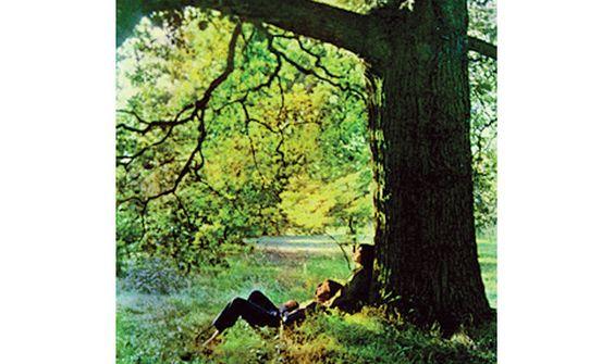 """Platz 23: John Lennon - """"Plastic Ono Band"""" Man nannte es auch das """"Primal Scream""""- Album, da sich Lennon zu dieser Zeit einer quälenden Psychotherapie unterzog, die sich unmittelbar in den Songs niederschlug. """"Plastic Ono Band"""" war Lennons erstes eigentliches Soloalbum und die wohl radikalste Nabelschau, die im Rahmen der Rockmusik je veröffentlicht worden ist. Lennon beschimpfte alle nur erdenklichen Idole und Ikonen, darunter auch seine einstige Band (""""I don't believe in Beatles""""), und…"""