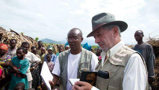 Vargas Llosa en El Congo (2008)  Tomando notas, como cuando tenía 15 años.