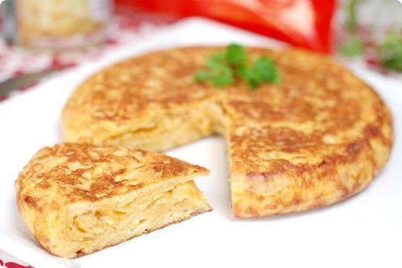 Quien te iba a decir que preparar esta receta de tortilla española era tan rápido. El truco: hemos hecho esta tortilla con patatas de bolsa.