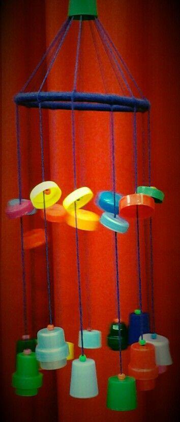 Acchiappasogni creativo con lana e tappi di plastica