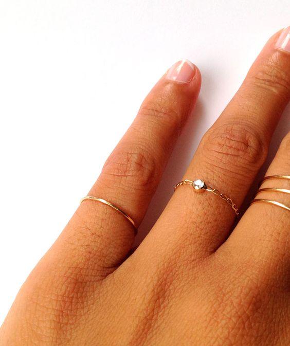 """Anillo """"SIMPLE"""", oro amarillo 18k. Anillo tipo alianza efecto irregular en oro amarillo de 18k. Para llevar en el dedo que más te apetezca, muy original llevarlo en el dedo meñique o en la parte superior del dedo, medida estándar para parte superior (5-7)"""
