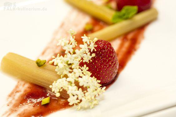 Crème brûlée von weißer Schokolade mit Grand-Manier-Erdbeeren, mariniertem Rhabarber und Sauerampfer-Parfait