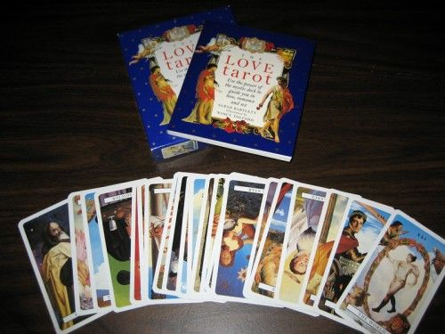 Im Tarot-Lexikon sind 350 Desks verzeichnet. Jedes Jahr kommen neue Karten heraus.  Nicht mitgerechnet die, die mein Auftraggeber während meiner Tourneen verkauft hat.   Ich empfehle anzuschauen:  Http://trionfi.com  (Historisch interessant ... )
