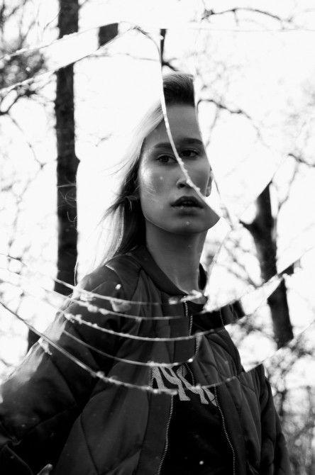 7 KICKING PHOTOGRAPHY IDEAS FOR A BORING WEEKEND (Broken Mirror Portraits)