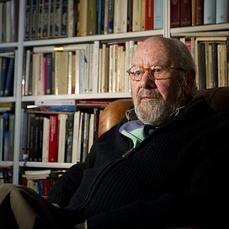José Manuel Caballero Bonald, en la biblioteca de su casa.