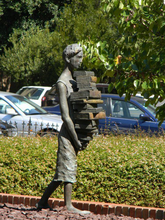 Monumento en la entrada de la facultad de bibliotecologia en Chapel Hill, Carolina del Norte
