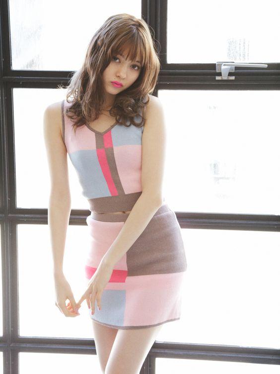 カラーブロックのファッションの八木アリサ