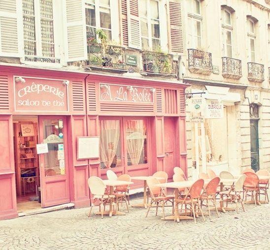 ヨーロッパの街並みキュートなカフェ