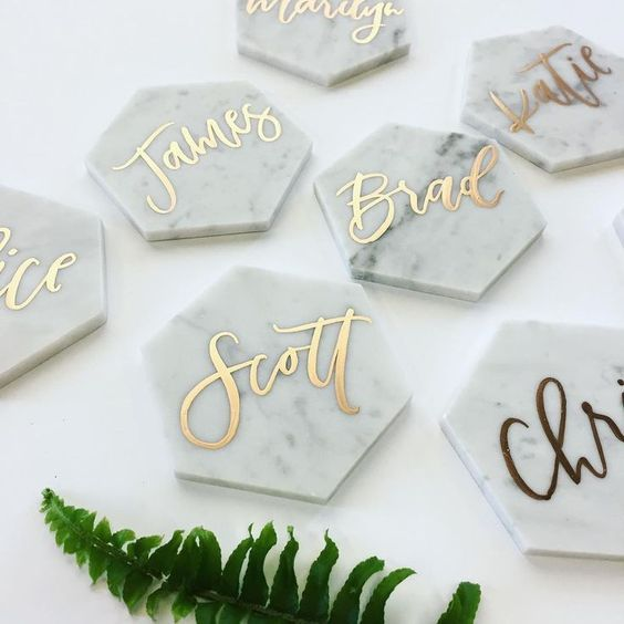 Marble + gold calligraphy = seroiusly chic wedding table décor.   Image:Pinterest