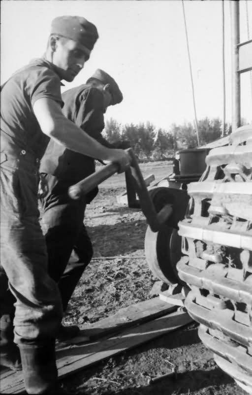 Repairing German Tiger tank track wheels – #322 of the schwere Panzer-Abteilung 503, 1943.