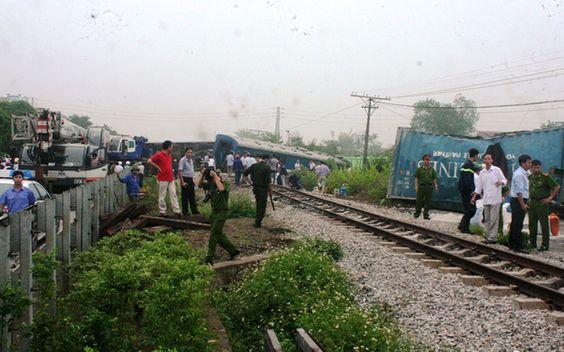 Cứu hộ tàu hỏa văng khỏi đường ray - VnExpress