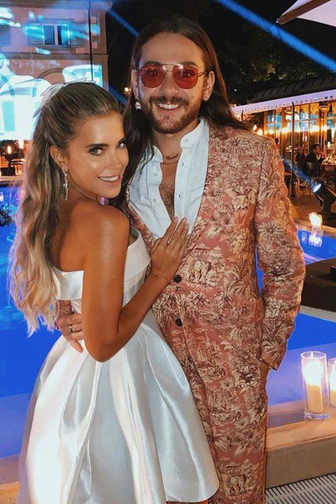Die Schonsten Fotos Ihrer Hochzeit Kleid Mit Ausgestelltem Rock Weisses Kleid Tragerloses Kleid