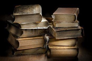 pile de livres anciens: Sombre et morose photo od deux piles de vieux livres anciens usés.