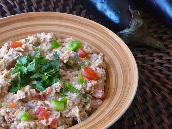 Découvrez la recette de la salata aswad be zabadi (salade d'aubergine et yaourt) qui peut se manger avec du pain plat soudanais appelé kissra.
