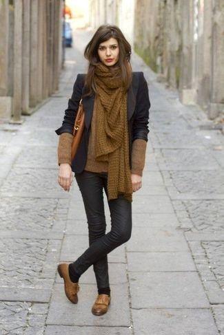 Schwarzes Sakko, Brauner Pullover mit V-Ausschnitt, Schwarze Leder Enge Jeans, Braune Leder Slipper mit Quasten für Damen