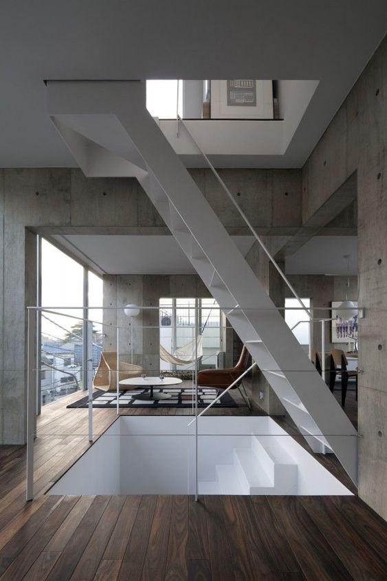 schicke schwebende Holz Treppe in minimalistischem Design