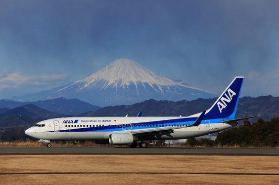 富士山の前の飛行機