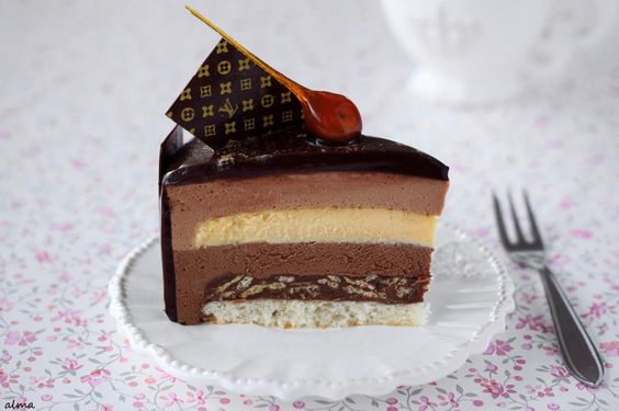 From top: chocolate glacage, milk chocolate mousse, crème brûlée, dark chocolate mousse, praliné-feuilleté, hazelnut dacquoise, decor: pearl dust, chocolate sheet and caramelized hazelnut.