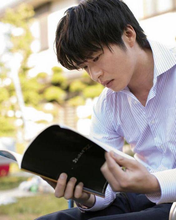 本を読み込む田中圭
