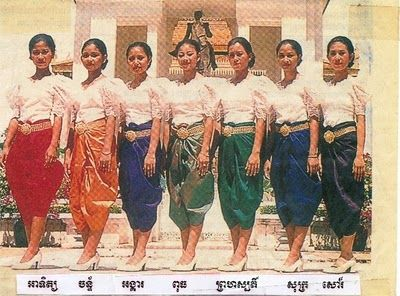 The sampot phamuong is a time-honored Cambodian textile. There are 52 colors used in sampot phamuong. 22 needles are used to construct the fabric. Ideally, it has floral and geometrical motifs. Cambodian yellow silk, a prized regional specialty, is used with this clothing article. Tese ladies are wearing sampot phamuong in 7 different colours for each different day of the week!