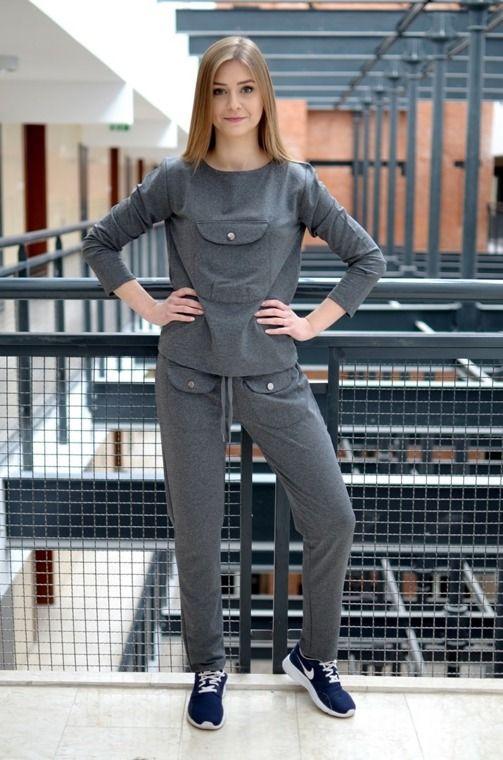 Niezwykle wygodny komplet sportowy, składający się z: długich, prostych spodni z dwiema kieszeniami oraz bluzy z kieszenią zapinana na jeden guzik. Oryginalnie zapakowane z kompletem metek. Wykonane z najlepszych materiałów. Modny design i niepowtarzalny wygląd.