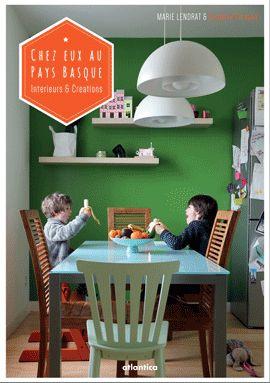 Des familles basques vues dans leur quotidien, à la maison, nous suggèrent la façon dont est agencé, décoré leur intérieur. De l'appartement urbain, fait de meubles de récup, d'objets originaux, un brin déjantés, à la villa typiquement basque en pleine campagne revue avec un art maîtrisé de la mise en scène, ce petit livre offre un focus sur les différents créateurs, artistes ou designers, qui accompagnent la vie de famille en lui donnant un style plus coloré, plus fantaisiste. Une…