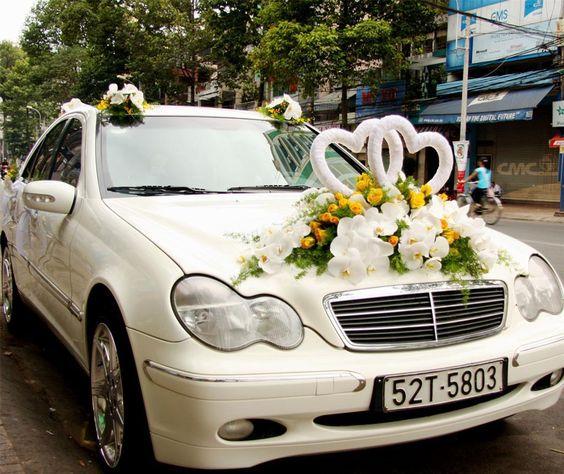 Trang trí xe hoa cưới bằng hoa lan và phụ kiện trái tim trắng #trangtrixehoacuoi #trangtritieccuoi