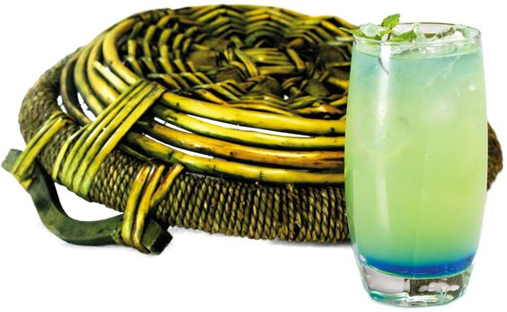 BLUE LAGOON   50ml de gin Bulldog, 30ml de licor Bols Blue, Soda à gosto  copo alto e longo. Modo de preparo:    Drink montando de acordo com a textura dos ingredientes.  Coloque o licor blue no fundo do copo. Na coqueteleira ponha o gelo como gin Bulldog e misture, colocando no copo. Para finalizar coloque a soda por cima.