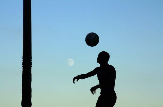 Juggler under the moonlight, Paris, France, 2010  © Emmanuel Bertrand
