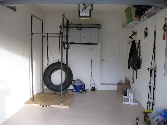 First crossfit garage gym treino militar