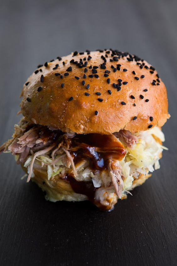 Leckerer Burger mit zartem Pulled Pork aus dem Ofen, dazu selbst gemachter Krautsalat und eine schmackhafte BBQ-Sauce.
