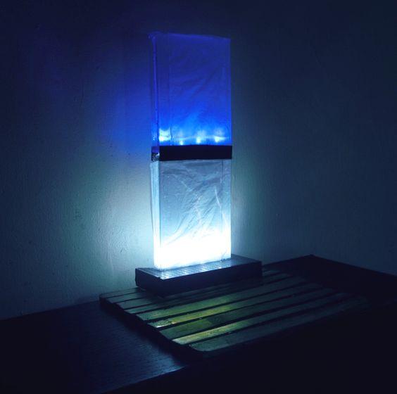 Lampara LED Monolitica. Materiales reciclados, cassettes, carcasas. Adquierela en www.usofull.com.ve. Visitanos. Monolith LED Lamp.