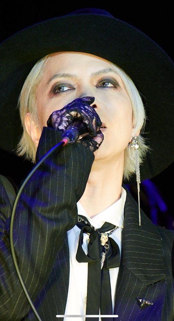 ストライプのスーツで歌っているL'Arc〜en〜Ciel・hydeの画像