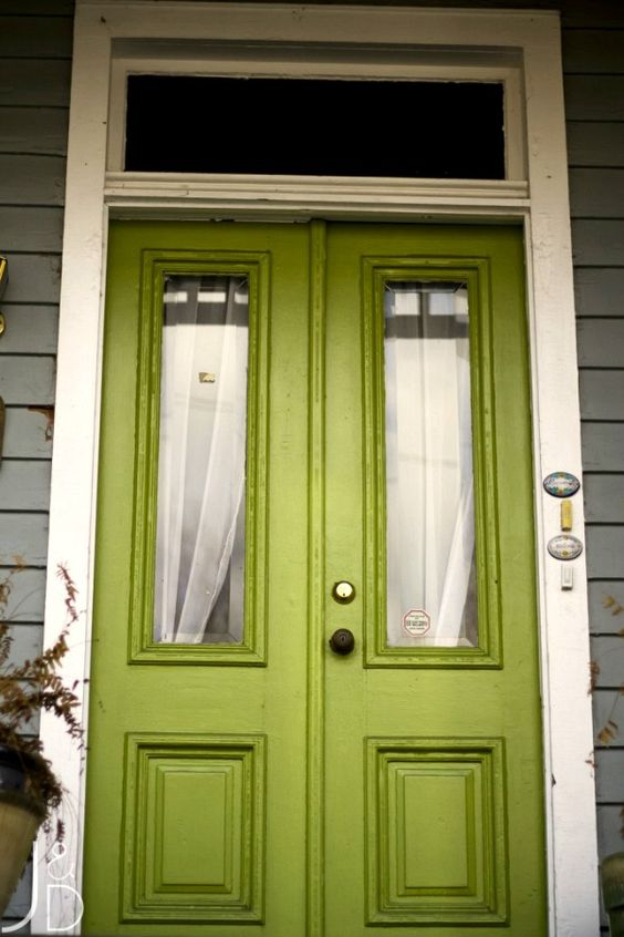 What color is your front door? Here are 12 colorful front doors that caught my eye. Get inspired by these yellow, blue, green, red and bright pink doors!