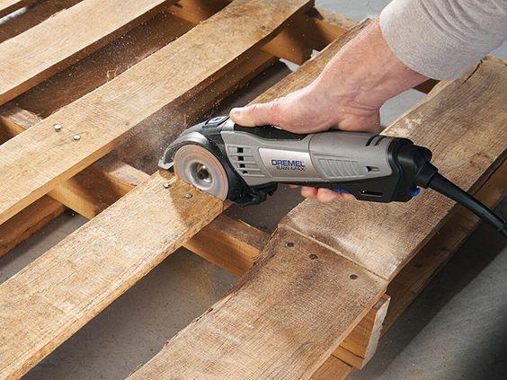 Passo 1: Corte a palete ao meio – pela trave de suporte central – usando a ferramenta Saw-Max equipada com o disco DSM500. Use a trava como guia ao cortar as tábuas de madeira.