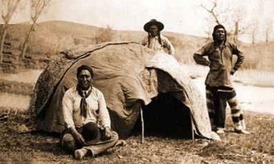 Les Sioux Lakotas sont les détenteurs de cette tradition qui se retrouve, bien sûr, dans d'autres tribus http://eden-saga.com/fr/rituel-sioux-lakotas-orientation-sweatlodge-hutte-de-sudation.html