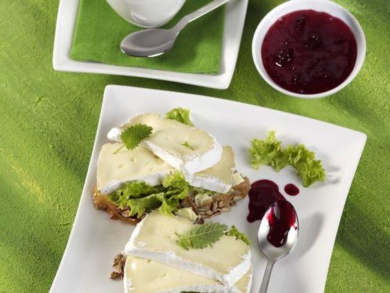 Camembertbrot mit schwarzer Johannisbeermarmelade ist ein Rezept mit frischen Zutaten aus der Kategorie Frühstück. Probieren Sie dieses und weitere Rezepte von EAT SMARTER!