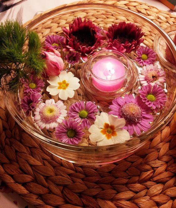 Schwimmende Blüten als Tischdekoration