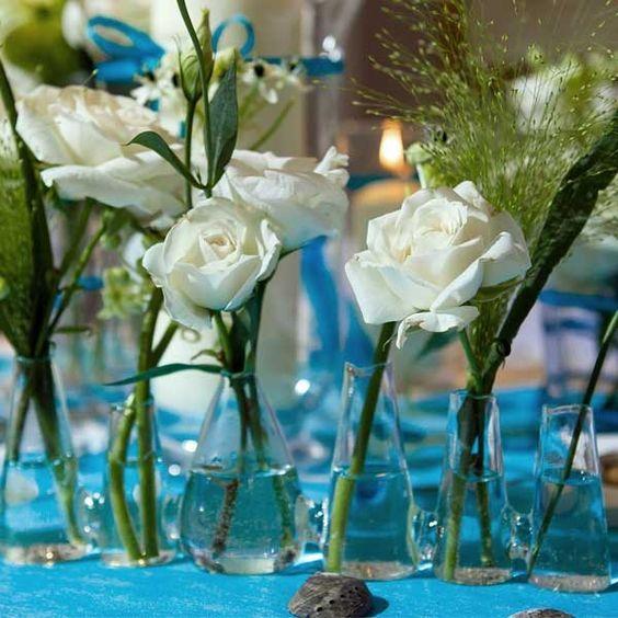 Blumenvasen in unterschiedlichen Größen für die florale Hochzeitsdeko - weddix.de
